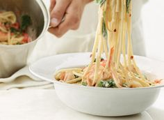 Linguine aux crevettes, à l'ail et aux épinards recette   Plaisirs laitiers