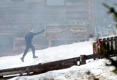 """Verfolgung im Schnee: Szenen für den neuen James-Bond-Film """"Spectre"""" werden aktuell in Obertilliach in Osttirol gedreht. Am Donnerstag ging """"007"""" Daniel Craig bei Schnee und Nebel auf Verbrecherjagd. Mehr Bilder des Tages auf: http://www.nachrichten.at/nachrichten/bilder_des_tages/ (Bild: apa)"""