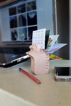 Kleiner Helfer fürs Arbeitszimmer: Halter für Visitenkarten aus Holz in Form eines Igels / little wooden hedgehog is holding you business cards, workspace made by mielasiela via DaWanda.com