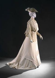 1904, America  Dress sold by Gimbel Brothers, Philadelphia  Cream-colored Irish lace, wool flannel, and silk chiffon Philadelphia Museum of Art