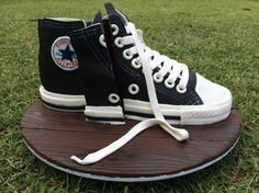 Since making the high heel cake tutorial requests have been coming in thick and fast for a converse shoe cake. You can make this chuck Taylor All Star sneaker in any colour that your … High Heel Cakes, Shoe Cakes, Purse Cakes, Chocolate Bowls, Dessert Chocolate, Converse Cake, Baskets Converse, Camo Wedding Cakes, Black Fondant