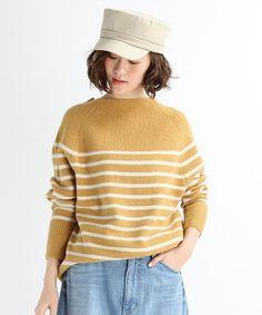 起毛感のある柔らかな生地で、ストレッチの効いたモッチリとした素材感が心地良いニットプルオーバー。 衿元は深めのリブ編み仕様になっており通常はボトルネックですが、素材のストレッチ性を活かし気分に合わせて オフショルダー風に衿元のニュアンスを変化できます。 カジュアルに見えがちなボーダー柄ですが、袖をふんわりと丸みのあるフォルムに仕上げたことにより女性らしさをアップさせた一着です。