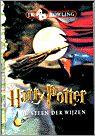 33/53 J.K. Rowling-Harry Potter en de steen der wijzen ● Harry Potter is een doodgewone, maar ongelukkige jongen die sinds de dood van zijn ouders bij zijn saaie en hardvochtige oom en tante woont, in de bezemkast onder de trap. Op een dag arriveert er een geheimzinnige brief voor hem. En daarna nog een, en nog een. De brieven veranderen Harry's hele leven: hij wordt gered door een woeste figuur op een vliegende motorfiets en hij komt erachter wie zijn verongelukte ouders waren. Met een…