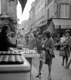 Markt in der Rue Mouffetard in Paris, 1967 Juergen/Timeline Images #60s #1960s #60er #StreetPhotography #Straßenfotografie #Frankreich #Einkaufen #Shopping