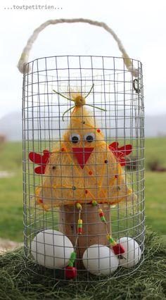 Poule avec un triangle de bois et du sisal dans son panier en treillis pour Pâques. www.pinterest.com/fleurysylvie et www.toutpetitrien.ch #bricolage #paques #enfants