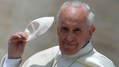 """8 luglio 2013, Papa Francesco a Lampedusa, nell'isola simbolo dell'immigrazione incontra i migranti. """"Sono qui per risvegliare le coscienze. No alla globalizzazione dell'indifferenza. Mai più morti in mare"""". Fonte: La Repubblica"""