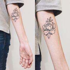 2,059 vind-ik-leuks, 9 reacties - Martha Bocharova (@martha_bocharova) op Instagram: '#tattoo#blacktattoo#flowertattoo#peonytattoo#linework#lineworktattoo#frgmnt_studio#marthabocharova '