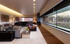 spots led et éclairage indirect dans le salon spacieux