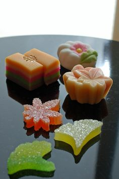 Japanese sweets anything japan does is better than the rest of the world like are you kidding me this is like art not food. Japanese Treats, Japanese Candy, Japanese Food, Desserts Japonais, Japanese Wagashi, Cupcakes, Asian Desserts, Confectionery, Cute Food