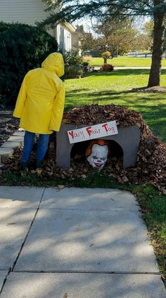 Diy halloween outdoor decoration for a super scary front yard 00002 Outside Halloween Decorations, Halloween Outside, Soirée Halloween, Adornos Halloween, Halloween Haunted Houses, Outdoor Decorations, Halloween Fashion, Halloween Yard Ideas, Scary Halloween Parties