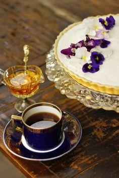 Bodzás tarte  Mandulás omlóstésztában könnyed, édesen fanyarkás bodzahab.  Letisztult megjelenés, egészen egyedi ízvilág – desszert és frissítő egyben.  Tökéletes választás egy nehéz ünnepi vacsora után!  Budapest Neked Cake