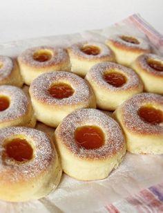 Fánk tepsiben sütve - Hozzávalók a tésztához: 50 dkg liszt 3 dkg… Hungarian Desserts, Hungarian Recipes, Sweet Desserts, Sweet Recipes, Baking Muffins, Sweet Pastries, Sweet Cakes, Sweet And Salty, Desert Recipes