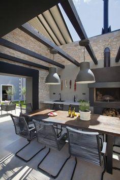 Designer Outdoor Küche massive Holzplatte graue Pendelleuchte