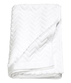 White. Bath towel in cotton terry with a jacquard-weave zigzag pattern and a hanger on the short sides.