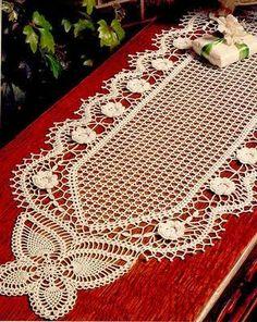 CROCHE COM RECEITA: Caminho de mesa em crochê com rosetas e borboletas...