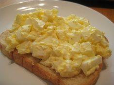 A legjobb benne, hogy hamar összedobható és nagyon, nagyon finom! Hozzávalók: 6 főtt tojás fél vöröshagyma 3 evőkanál majonéz 2 evőkanál tejföl 1 teáskanál édes[...]