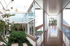 Marcando un distintivo ritmo de recorrido, la casa incorpora pasillos que balconean tanto al interior como al exterior y un puente vidriado que atraviesa el jardín interno.  /Magalí Saberian