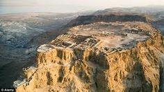 A fortaleza no topo da falésia de Masada, localizada em Israel, perto do Mar Morto, continha uma série de palácios e edifícios construídos pelo rei Herodes (74 AC - 4 DC), um governante da Judeia, que estava sob a influência de Roma.