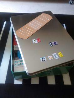 Botiquín hecho con caja metálica y letras imantadas.