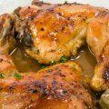 Una rica receta de pollo horneado al limón con cebollitas y orégano. Se puede preparar un gravy con los jugos que solto el pollo al hornearse.
