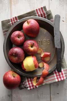 Such beautiful apples and I love that old knife!