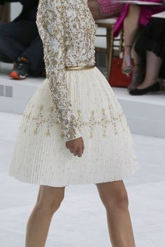Chanel Fall 2014 Couture: Perfect knee length white and gold dress for cocktail hour or select bridal events Style Haute Couture, Couture Fashion, Runway Fashion, Fashion Beauty, Womens Fashion, Chanel Couture, Couture Details, Paris Fashion, Chanel Runway