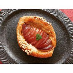 『ユヌクレ』 洋梨とスパイスカスタードのデニッシュ。  #ユヌクレ #uneclef #パン #bread