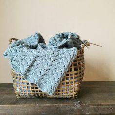 Ravelry: Little lilly blanket / Lille lilje babyteppe pattern by Marianne J. Knitting For Kids, Baby Knitting Patterns, Knitting Projects, Baby Boy Fashion, Ravelry, Baby Kids, Diy And Crafts, Blanket, Retro