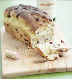 Праздничный хлеб с клюквой, грецкими орехами и розмарином