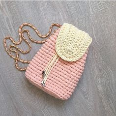 This Pin was discovered by Nih Crochet Clutch, Crochet Shoes, Crochet Handbags, Crochet Purses, Crochet Motif, Crochet Stitches, Knit Crochet, Crochet Patterns, Crochet Bags