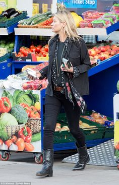 Kate Moss London May 2016 ROCKINS// Kate Moss wearing Equipment Star Print Slim Signature Blouse and Rockins Black Roses Silk Skinny Scarf Moss Fashion, Star Fashion, Daily Fashion, Autumn Fashion, Outfits Otoño, Cool Outfits, Casual Outfits, Fashion Outfits, Amazing Outfits