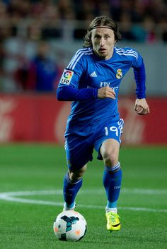 Luka Modric controls the ball during the La Liga match between Sevilla FC and Real Madrid CF at Estadio Ramón Sánchez Pizjuán on March 26, 2014 in Seville, Spain.