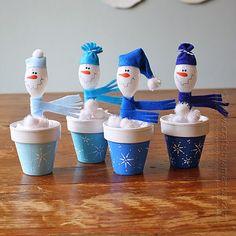 Saiba como fazer um lindo boneco de neve reaproveitando colheres de plástico