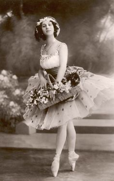 An poster sized print, approx (other products available) - ANNA PAVLOVA Russian ballet dancer holding a basket of flowers during a performance - Image supplied by Mary Evans Prints Online - Poster printed in the USA Vintage Ballerina, Ballerina Art, Anna Pavlova, Dance Photography, Vintage Photography, Ballerine Vintage, La Bayadere, Russian Ballet, Ballet Costumes