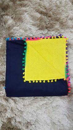 Canga toalha amarelas com pompons coloridos Tecido azul marinho tricoline 100% algodão. Medidas: 1x1.4m. New Job, New Baby Products, Duvet, Our Wedding, Zip Around Wallet, Embroidery, Sewing, Towels, Handmade