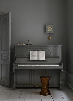 We hebben een hoogglans zwarte piano en die moeten we ook ergens kwijt, ik vindt het wel leuk om waar de piano komt te staan iets meer met die hoek te doen als alleen maar een piano en klaar