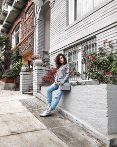Bruna Vieira veste suéter de pompons com calça jeans cintura alta e bota Cravo e Canela.