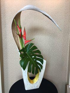 Interesting arrangement with a monstera leaf Orchid Flower Arrangements, Tropical Floral Arrangements, Ikebana Flower Arrangement, Ikebana Arrangements, Beautiful Flower Arrangements, Flower Centerpieces, Tropical Flowers, Design Floral, Deco Floral