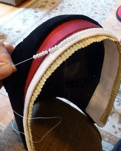 tutorial for a French Hood. Perfect for girls named Anne. Renaissance Costume, Medieval Costume, Renaissance Fashion, Renaissance Clothing, Elizabethan Fashion, Tudor Fashion, Elizabethan Dress, Tudor Costumes, Period Costumes