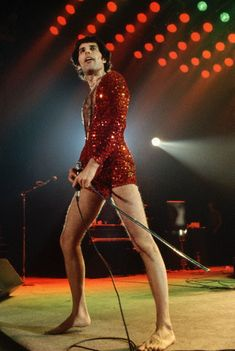 Freddie Mercury why are you wearing the shortest red dress for girls . Mode Disco, Heavy Metal, Roger Taylor, Queen Band, Queen Queen, We Will Rock You, Queen Freddie Mercury, John Deacon, Killer Queen