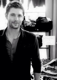 Omg...is that Converse shoes I see behind the gorgeous Jensen Ackles? Day made.