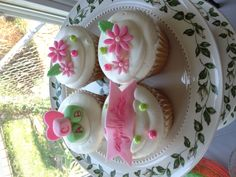 baby Girl cupcakes..cute I love the way the flowers are placed on the cupcake