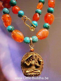 Dit prachtige messingen amulet in een zilveren frame komt uit Tibet. Manshuri is zowel een Boeddha als een Bodhisattva en behoort samen met Avalokitesvara en Vajrapani tot de drie grote Bodhisattva's. Hij helpt om de onwetendheid te overwinnen en wijsheid te bereiken.