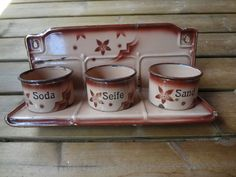 nettes Emaille-Set Sand - Soda - Seife Wandbehälter Wandregal Email