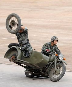 Chinese Army Drill: Practicing changing a tire at 70 mph.but what's with the oil stains directly under the bike and the vacant tire? Funny Images Gallery, Funny Photos, Vintage Motorcycles, Cars And Motorcycles, Monocycle, Ural Motorcycle, Motorcycle Memes, Motorcycle Posters, Foto Picture