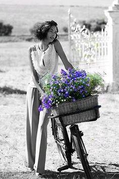 .recogiendo flores en bicicleta
