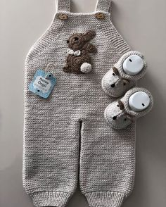 Yeni model tulumumuz bittiii, güzel haftalar diliyoruz🐇🐇💚 - Jumpsuits and Romper Baby Sweater Knitting Pattern, Baby Knitting Patterns, Knitting Designs, Baby Dungarees, Baby Mittens, Crochet Baby Clothes, Baby Pants, Knitting For Kids, Overall