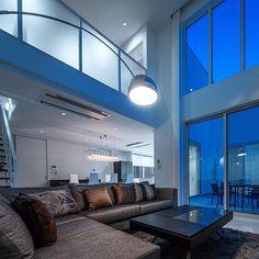 「白水台のテラスハウス」 リビング夕景。吹抜のリビング、2階のファミリールーム、中庭と繋がっています。 #インテリア #インテリアデザイン#リビングルーム#住宅 #建築家 #中庭 #テラスハウス #吹抜け #マイホーム #新築 #アルコランプ#interiordesign #interior #instahome #architect #home#house#void #courtyard #arcolamp #boconcept #lighting#toyokitchen#sofa