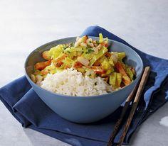 Das aus dem asiatischen Raum stammende gelbe Gewürz hat seinen Platz in unserem Alltag gefunden. Zum Beispiel in schnellen Gemüsegerichten. Great Recipes, Healthy Recipes, Veggies, Tasty, Vegan, Currys, Dinner, Cooking, Falafel