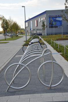 Unser Fahrradständer Dynabike® als Reihenanlage kombiniert mit dem Fahrradanlehnbügel Arcobike® (beide in Edelstahl)
